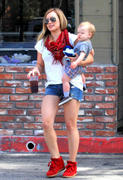 http://img272.imagevenue.com/loc420/th_669594941_Hilary_Duff_out_in_LA16_122_420lo.jpg