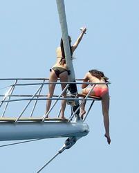 http://img272.imagevenue.com/loc469/th_106803327_KendallKylie_Jenner_BikiniDominicanRepublic_March29_2012_10_122_469lo.jpg
